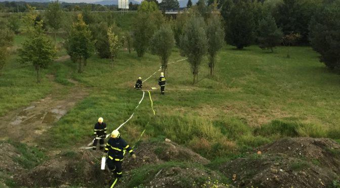 """Výcvik: hašení lesního požáru, nasazení proudu """"D"""", """"C"""" a lafety"""